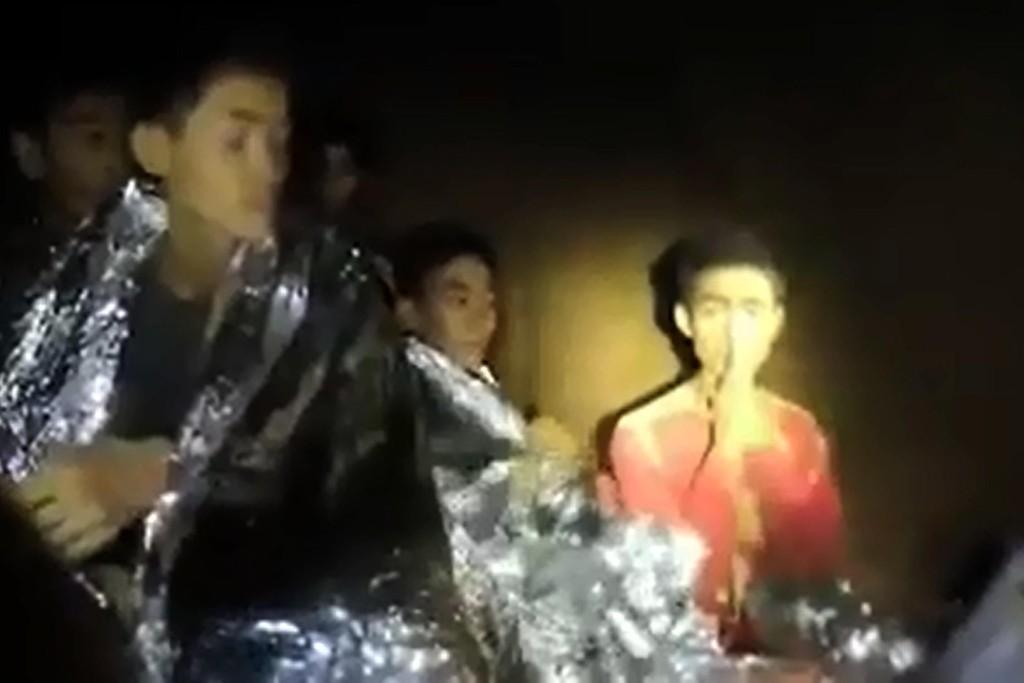 FÅR ROS: På dette bildet fra grotten 3. juli ser vi Adul Sam-on (til høyre). Han er født i Myanmar, men oppfostret i Thailand. Adul Sam-on får ros for måten han opptrådte mens guttene satt fanget i grotten og da redningsaksjonen begynte. Han beskrives som høflig, rolig med gode engelskkunnskaper.