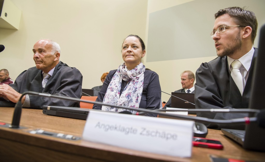 Beate Zschäpe sammen med forsvarerne Hermann Borchert (til venstre) og Mathias Grasel i retten tidligere denne måneden. Foto: Peter Kneffel / AP / NTB scanpix