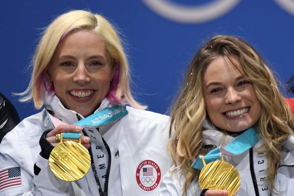 OL-VINNER: Kikkan Randall (t.v.) tok OL-gull i lagsprint sammen med Jessiga Diggins i Pyeongchang tidligere i vinter.