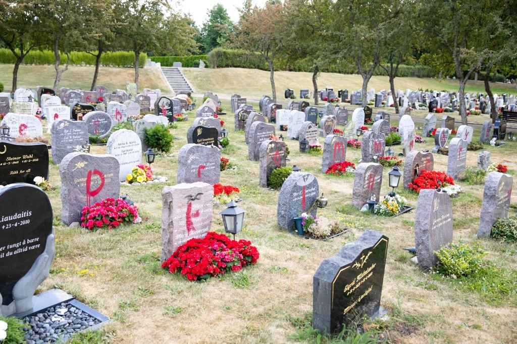 92 gravstøtter ble tagget med rødmaling på Åssiden kirkegård i Drammen. Foto: Audun Braastad / NTB scanpix