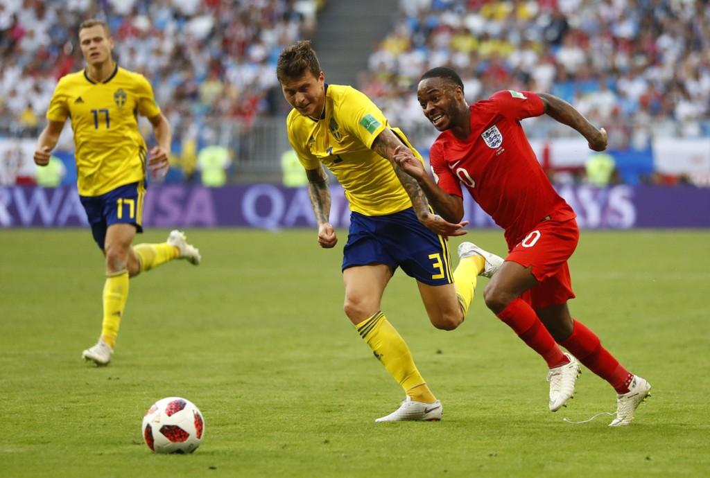 Raheem Sterling var en av England-spillerne som i VM-kvartfinalen brukte ikke tillatte strømper, som har hvite prikker rundt anklene. Foto: Matthias Schrader / AP / NTB scanpix