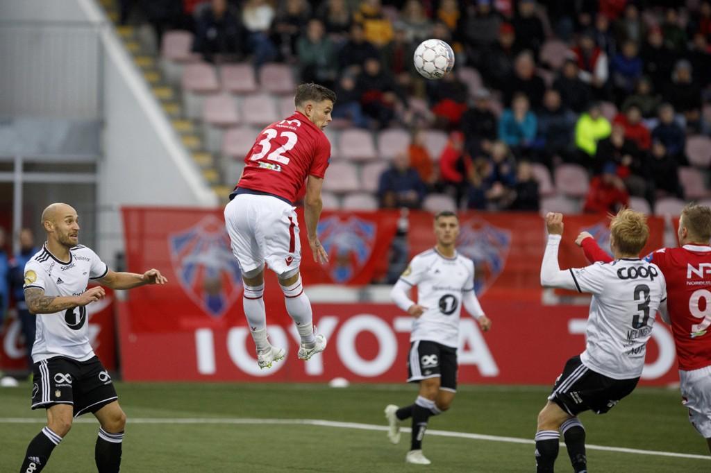 Eidur Sigurbjörnsson (i lufta) scoret kampens eneste mål da Valur slo Rosenborg 1-0. Foto: Morgunbladid / Haraldur Jónasson / Hari / NTB scanpix