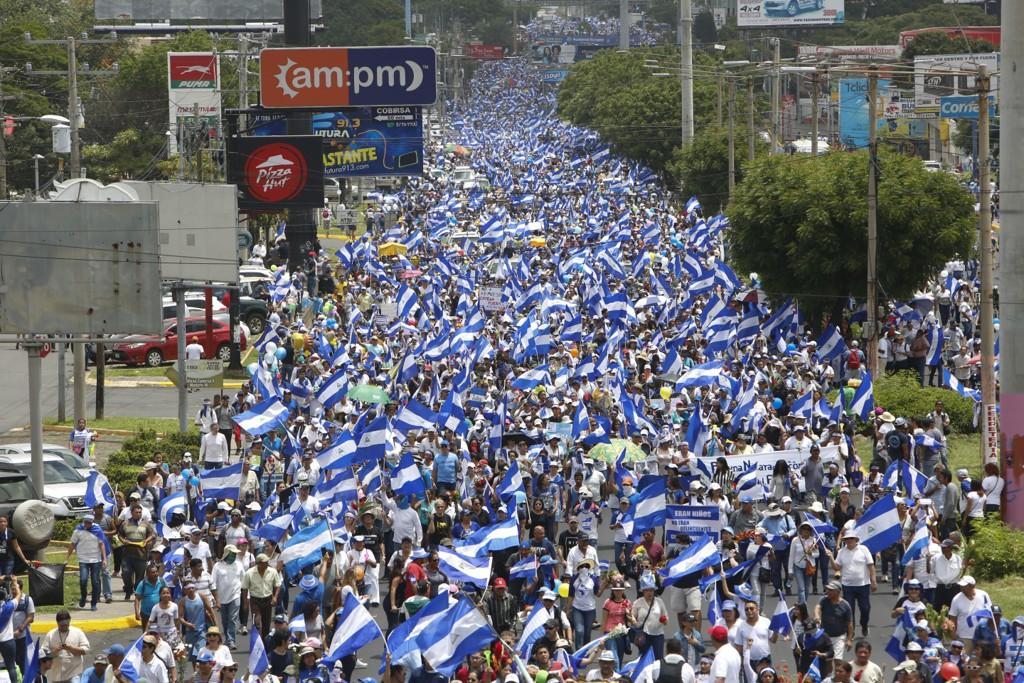 Tusenvis av folk tok 30. juni del i et blomstertog i Nicaraguas hovedstad Managua. Demonstrasjonen ble gjennomført til minne om alle barna som har blitt drept i sammenstøtene i landet. Foto: Alfredo Zuniga / AP / NTB scanpix