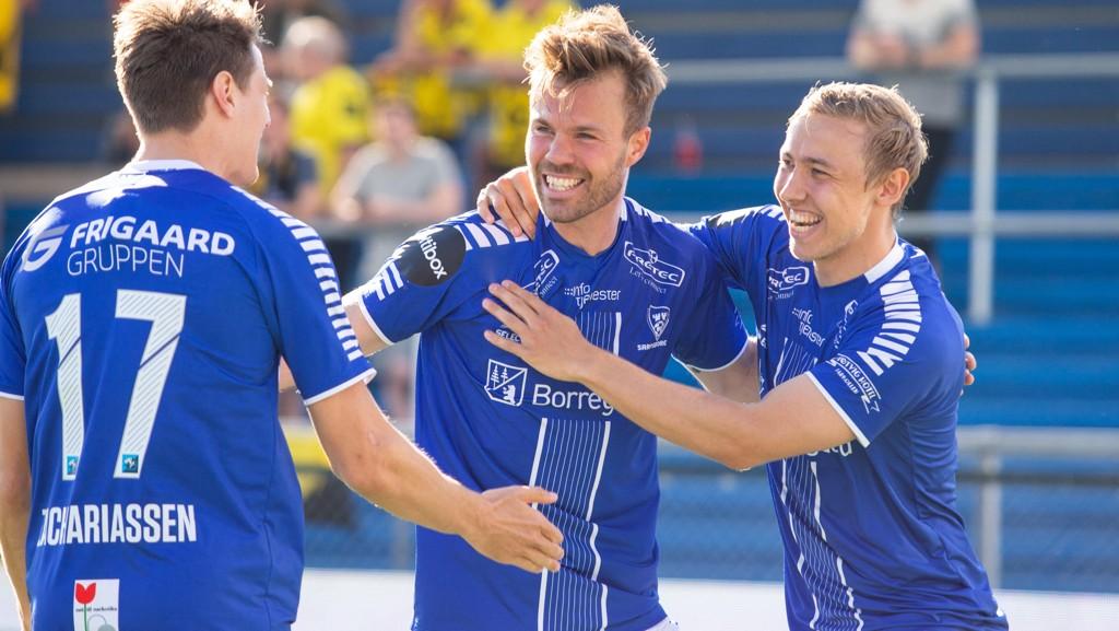 Sarpsborg 08's Patrick Mortensen (i midten) flankert av Mikkel Agger og Kristoffer Zachariassen.