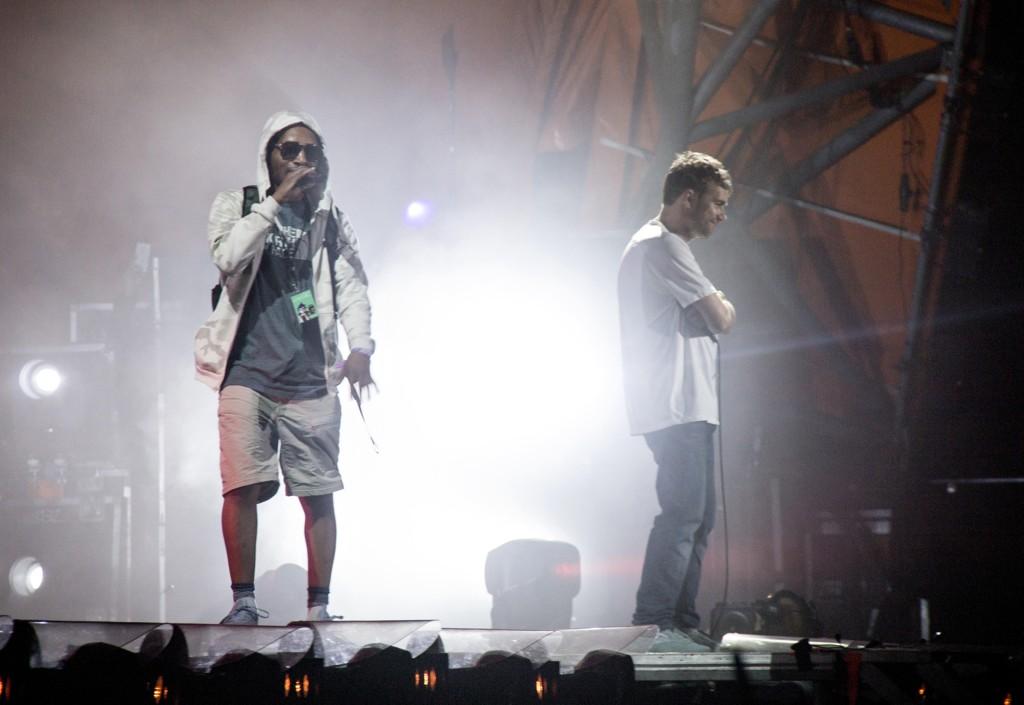 Den amerikanske Gorillaz-rapperen Del The Funkee Homosapien (til venstre) falt og pådro seg sju ribbeinsbrudd under avslutningskonserten på Roskilde-festivalen lørdag. Damon Albarn til høyre. Foto: Erling Brodersen / Ritzau via AP / NTB scanpix.