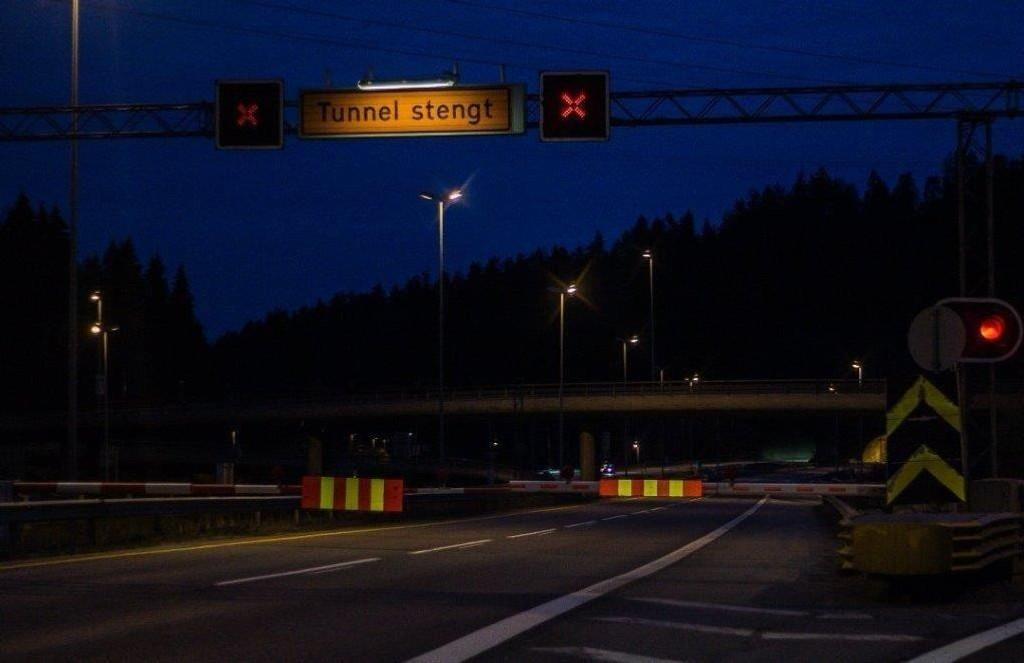 NATTESTENGT: Det ene løpet i Nordbytunnelen er stengt, og trafikken i begge retninger dirigeres gjennom ett løp. Derfor er det satt opp midtdelere i tunnelen. Foto: Eirik Bjerklund