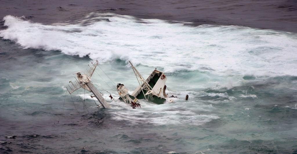 Akterdelen av Server i sjøen utenfor Hellesøy fyr etter forliset. Arkivfoto: Bjørn Erik Larsen / NTB scanpix
