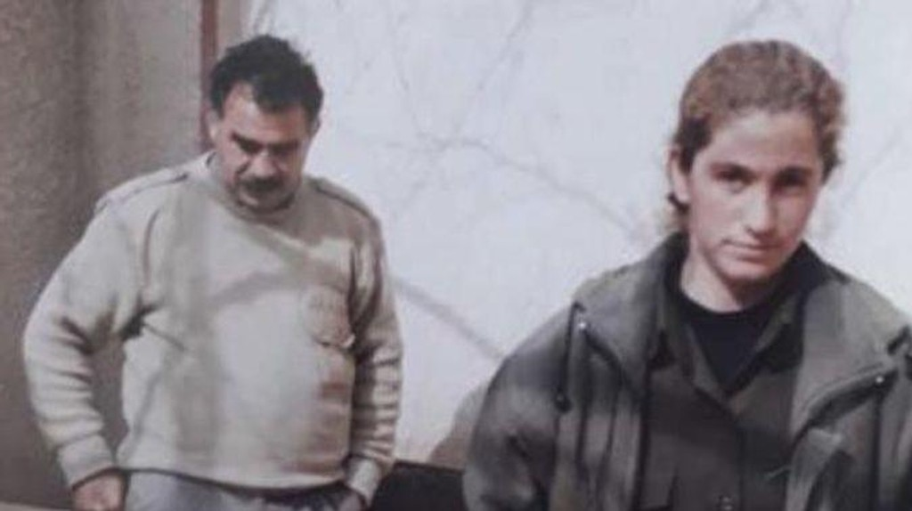 Her erGülizar Tasdemir (t.h.) avbildet sammen med grunnlegger av den forbudte PKK-geriljaen Abdullah Öcalan. Tasdemir ble for en uke siden pågrepet i Tyrkia da hun ble uttransportert fra Norge etter å ha fått avslag på sin asylsøknad. Bildet er fra Tasdemirs mobiltelefon og skal være tatt i en PKKs leir i Damaskus i Syria. Foto: Privat / NTB scanpix