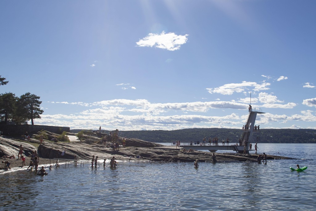 Gulsvik i Buskerud har hatt 19 dager på rad med tropevarme, og slår dermed den gamle rekorden fra 1955, da Kongsberg hadde 18 dager på rad med temperaturer over 30 grader. Også flere steder i landet er det fint vær. Her fra Ingierstrand i Oslo. Foto: Fredrik Hagen / NTB scanpix