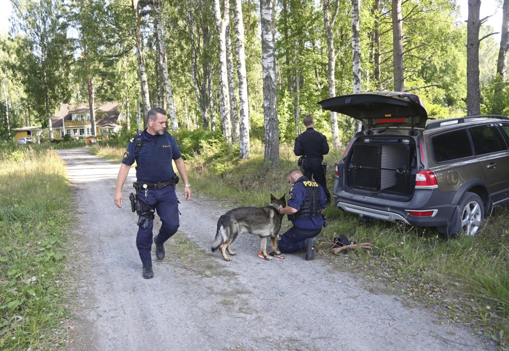 Politiet i Sverige leter etter en drapsdømt mann som rømte fra en fangetransport i Laxå torsdag. Mannen er i 25-årsalderen og skulle transporteres til en psykiatrisk klinikk i Göteborg. Foto: Jeppe Gustafsson / TT / NTB scanpix