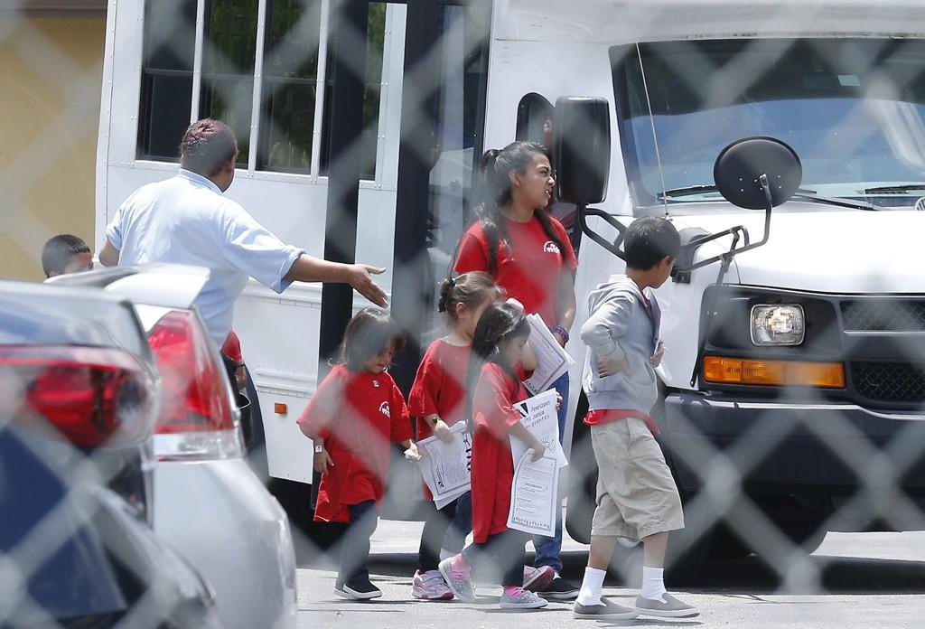 Dette bildet fra 21. juni viser migrantbarn ved en katolsk organisasjon som driver et barnehjem i Cutler Bay i Florida. Det er ukjent om barna på bildet er gjenforent med foreldrene. Illustrasjonsfoto: Brynn Anderson / AP / NTB scanpix