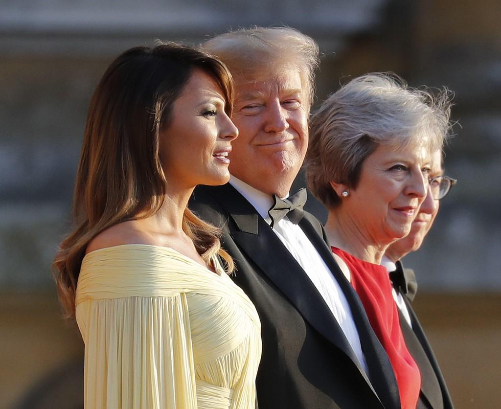 Førstedame Melania Trump, president Donald Trump, britenes statsminister Theresa May og hennes mann Philip May før gallamiddagen i Blenheim Palace i Oxfordshire torsdag. Foto: Pablo Martinez Monsivais / AP / NTB scanpix