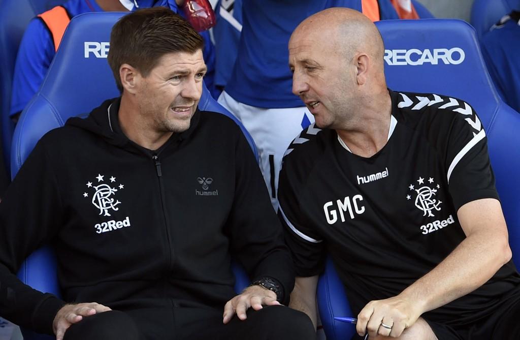 Rangers-manager Steven Gerrard sammen med sin assistent Gary McAllister under en treningskamp. Torsdag ble det 2-0-seier over makedonske Shkupi i europaligakvalifiseringen. Foto: Ian Rutherford / PA / AP / NTB scanpix
