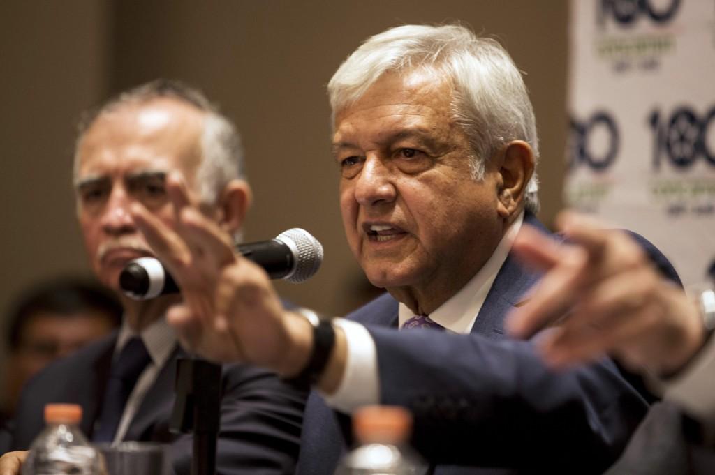 Mexicos påtroppende president Andres Manuel Lopez Obrador får besøk av en delegasjon fra Washington. Foto: Moises Castillo / AP / NTB scanpix