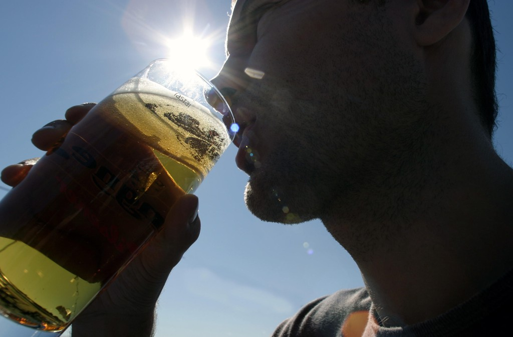 Både vin og øl selger godt i sommervarmen. Helsedirektoratet ber foreldre og andre voksne vise hensyn til barna. Foto: Knut Fjeldstad / NTB scanpix