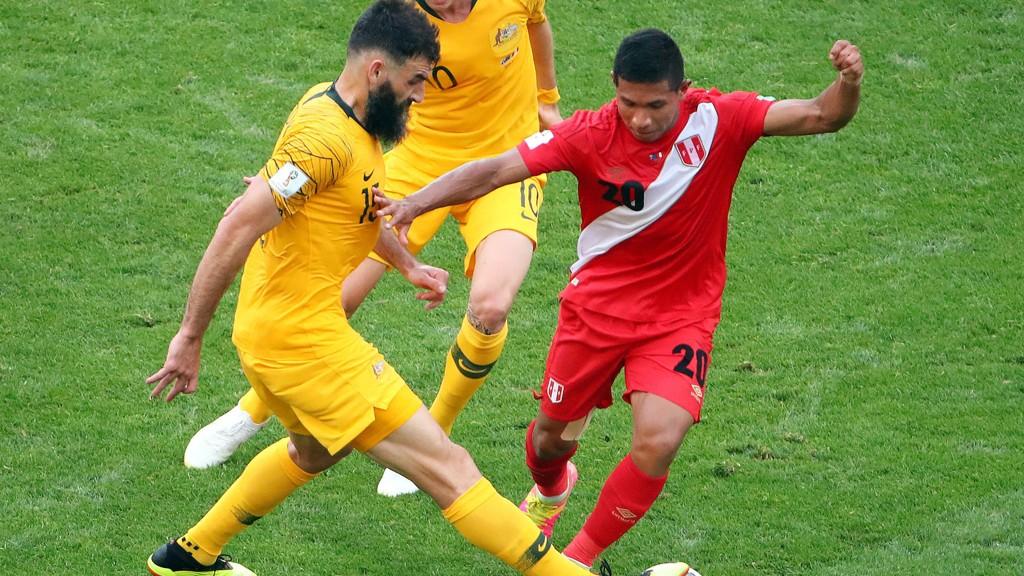 Australia's Mile Jedinak i duelll med Peru's Edison Flores under årets fotball-VM.