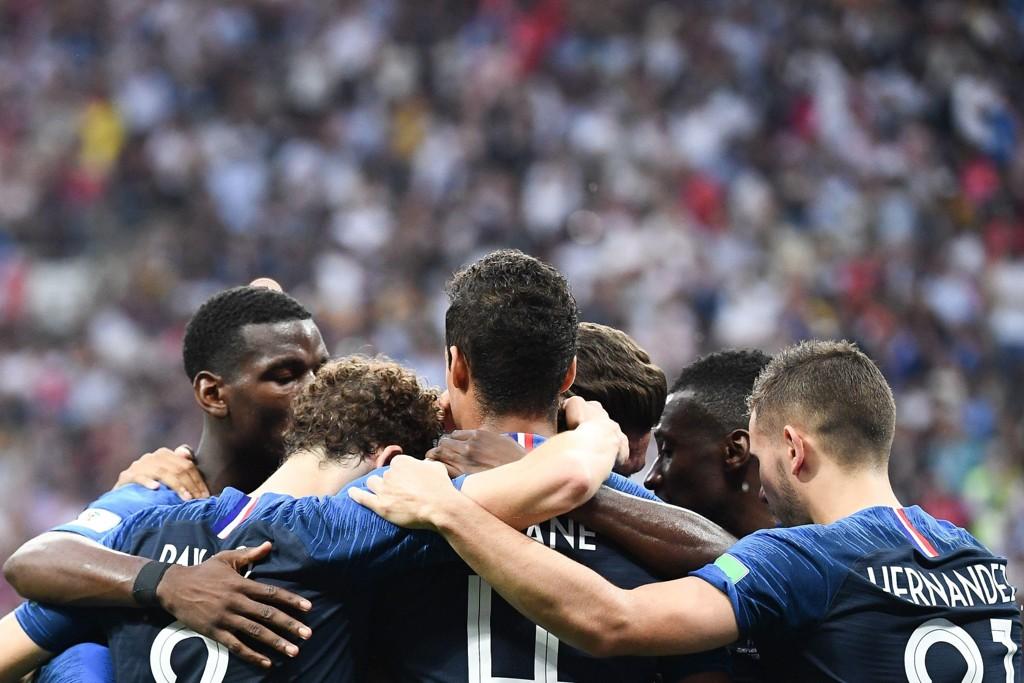 FRANSK JUBEL: De franske spillerne jubler for lagets 2-1-scoring i finalen mot Kroatia. Den svært underholdende finalen endte til slutt med 4-2-seier til Frankrike.