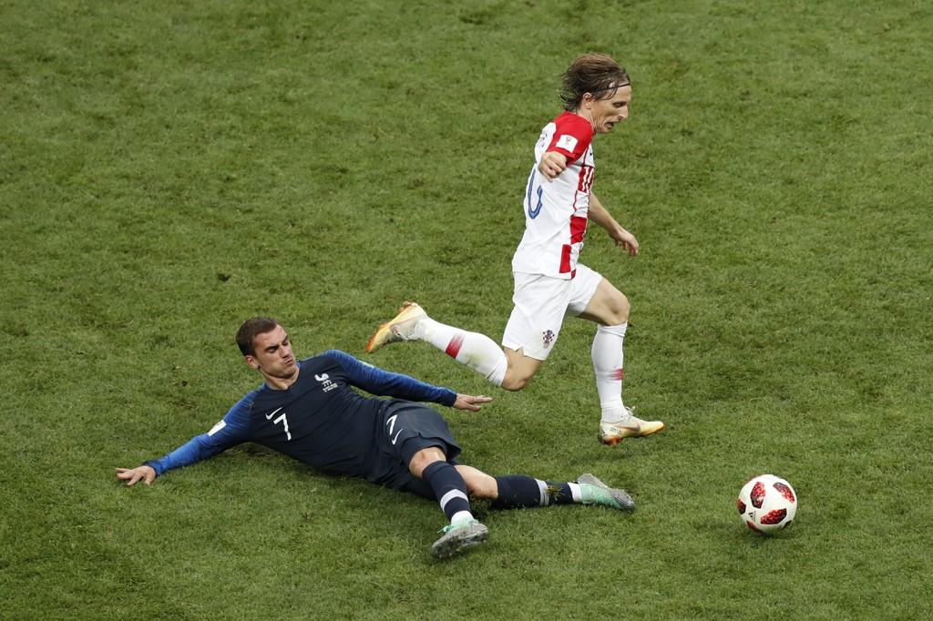 Luka Modric passerer Antoine Griezmann i VM-finalen søndag. Kroaten ble kåret til VMs beste spiller, mens Griezmann ble nummer tre. Likevel er nok det mager trøst for Modric etter Frankrikes finaleseier. Foto: Rebecca Blackwell, AP / NTB scanpix
