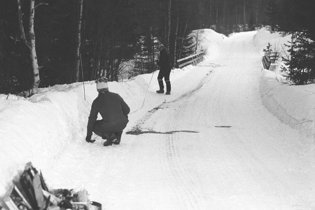 Politiets eksperter i ferd med å undersøke åstedet der to ungdommer ble skutt og drept av sine kamerater. Bildet er tatt i Lunner 22. februar 1981.