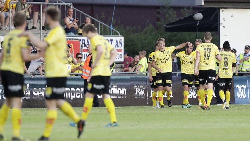 Lillestrøm-spillerne jubler over scoring mot Brann. Søndag trenger de en trepoenger.