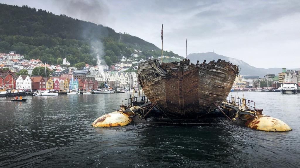 Roald Amundsens gamle polarskute Maud viste seg fram i Bergen mandag formiddag. Den slepes fra Grønland til Vollen i Asker hvor den er ventet å ankomme lørdag 18. august. Foto: Jan Wanggaard / NTB scanpix