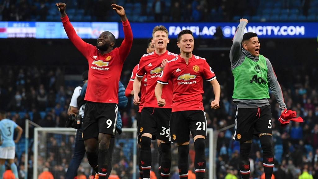 United-spillerne jubler over seieren mot Manchester City i fjor. Fredag åpner de Premier League-showet på Old Trafford.