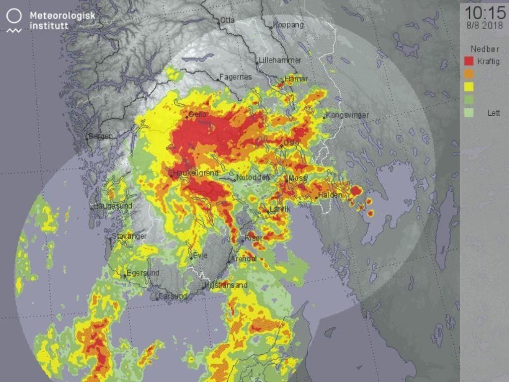 MER AV DETTE: På værradaren på yr.no kan du se hvor det er nedbør akkurat nå. Dette skjermbildet viser situasjonen klokka 10.15 onsdag. Rødt felt er kraftig nedbør.
