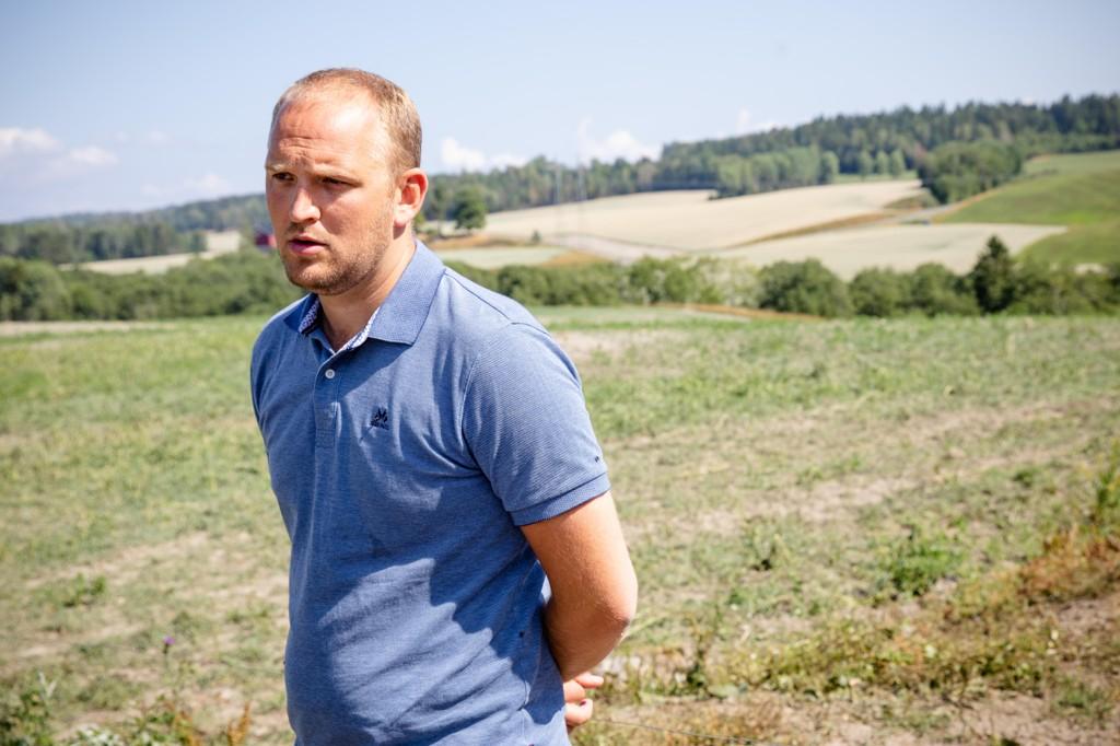 INGEN MILLIARDGAVE: Landbruks- og matminister Jon Georg Dale besøkte tørkerammede bønder i Vestfold i juli. Men nå bør han si nei til å skrive en milliardsjekk.