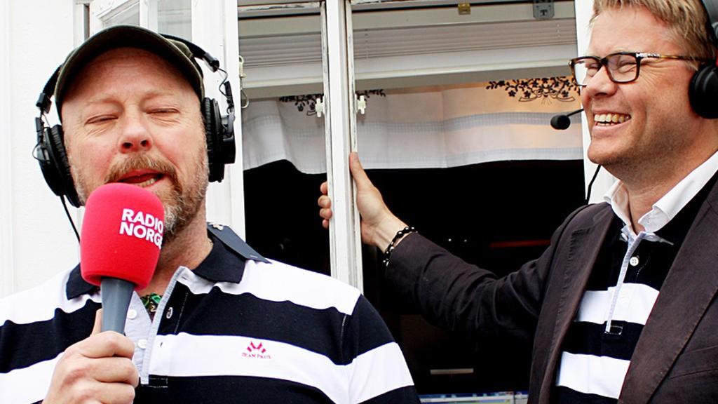 Radio Norge, her representert ved profilene Geir Schau og Øyvind Loven, opplever katastrofale lyttertall. Kanalen er nå mindre enn NRK mP3 og nærmer seg Radio Vinyl i lyttertall.