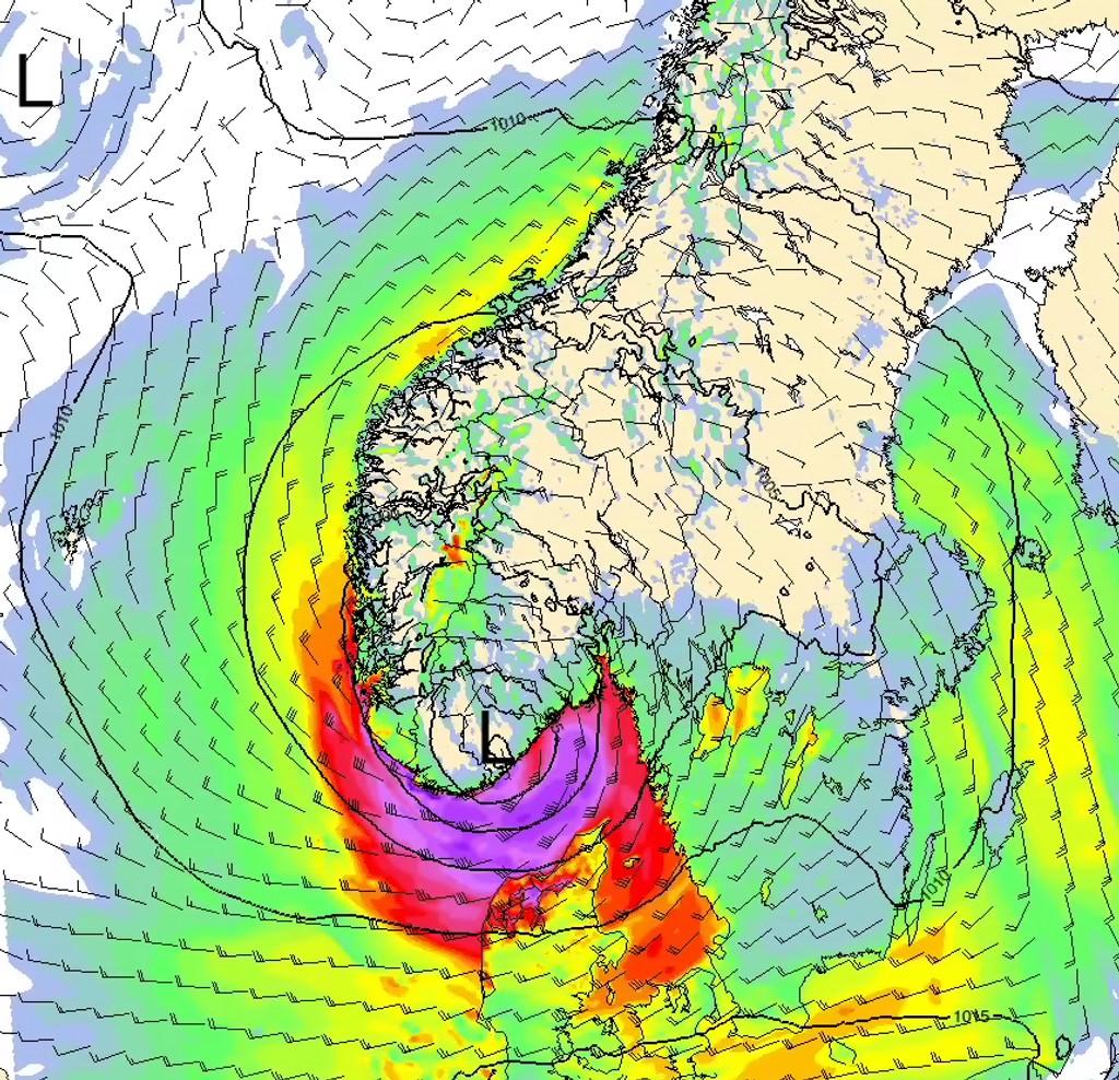 Et stormsenter kommer inn mot Sørlandet fredag morgen, og svekkes nord-nordøstover. Lilla farge indikerer sterk kuling til storm fredag formiddag i ytre strøk av Sørlandet og lengst sør i Rogaland. Den kraftige vinden flytter seg så nordøstover til ytre strøk av Østlandet.