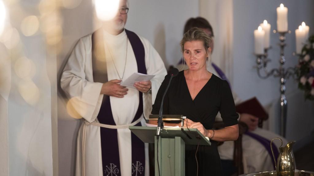 Vibeke Skofteruds kjæreste Marit Stenshorne taler under begravelsen til Skofterud fra Eidsberg kirke torsdag.