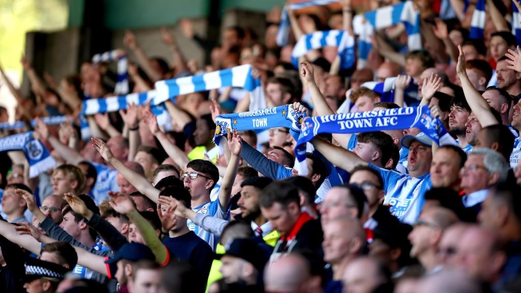 Huddersfield-fans synger av full hals. Vi gleder oss til å se hvordan laget duger i årets Premier League.