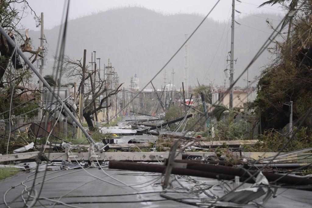 Store deler av strømforsyningen på Puerto Ricoble ble slått ut av orkanen Maria. Gjenoppbyggingskostnadene er store, og i den forbindelse har øyas myndigheter nå oppjustert antall liv som gikk tapt. Foto: AP / NTB scanpix