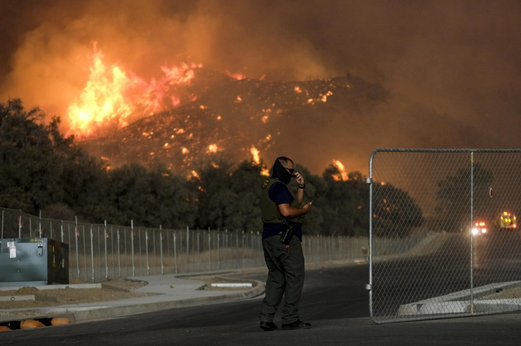 Holy Fire brenner gjennom Cleveland National Forest i California og nærmer seg bebyggelse. Foto: Ringo H.W. Chiu / AP / NTB scanpix