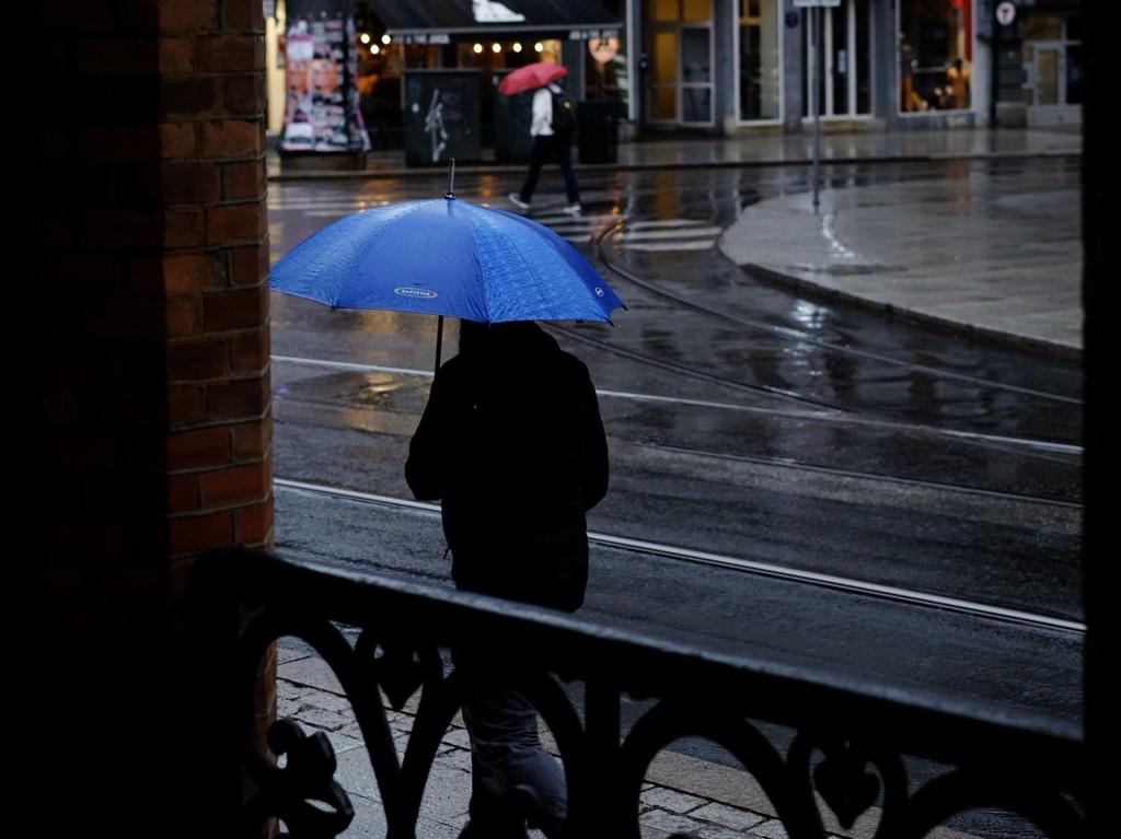 Kraftig regn og mye vind er varselet som gjelder flere steder i landet fra og med fredag.