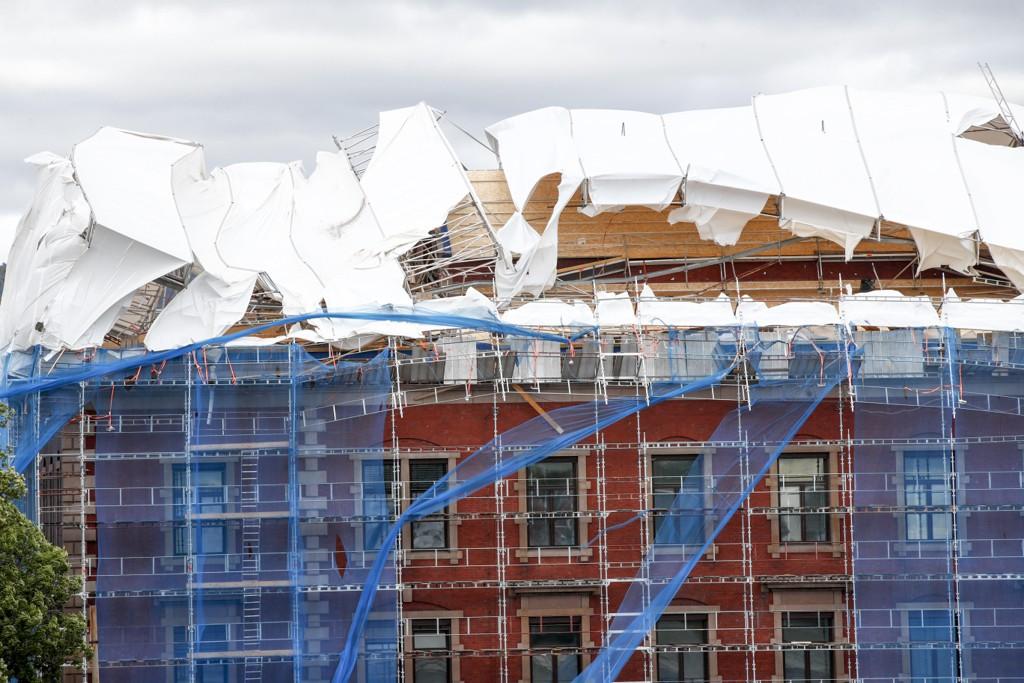 Et stillas på Tollboden i Oslo har kollapset i den kraftige vinden i Oslo. Foto: Terje Pedersen / NTB scanpix