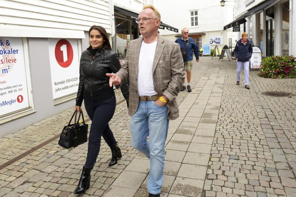 Etter det NRK forstår, har PST iverksatt en gransking av bakgrunnen til Per Sandbergs nye kjæreste, norsk-iranske kjæreste Bahareh Letnes. Her er de to på vei gjennom Mandal sentrum fredag. Foto: Espen Sand / NTB scanpix