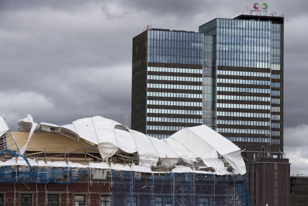Et takstillas i Oslo sentrum kollapset fredag ettermiddag på grunn av vinden. Nå sier Meteorologisk institutt at vinden løyer. Foto: Terje Pedersen / NTB scanpix