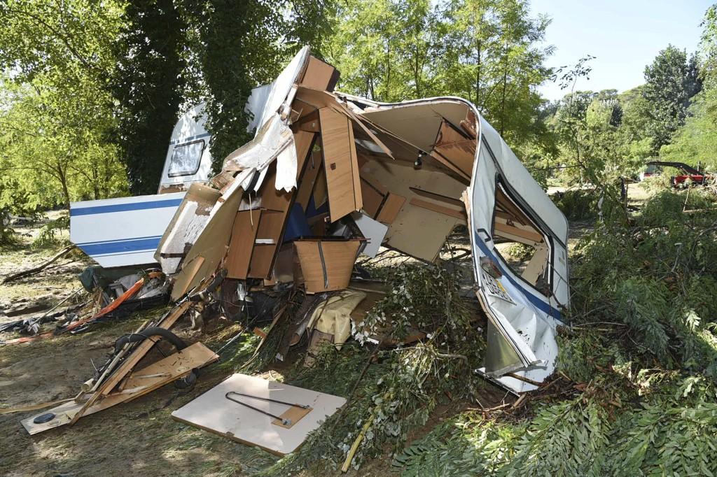En campingvogn ligger smadret igjen etter at flom og springflo rammet det sørlige Frankrike. Foto: AP / NTB scanpix