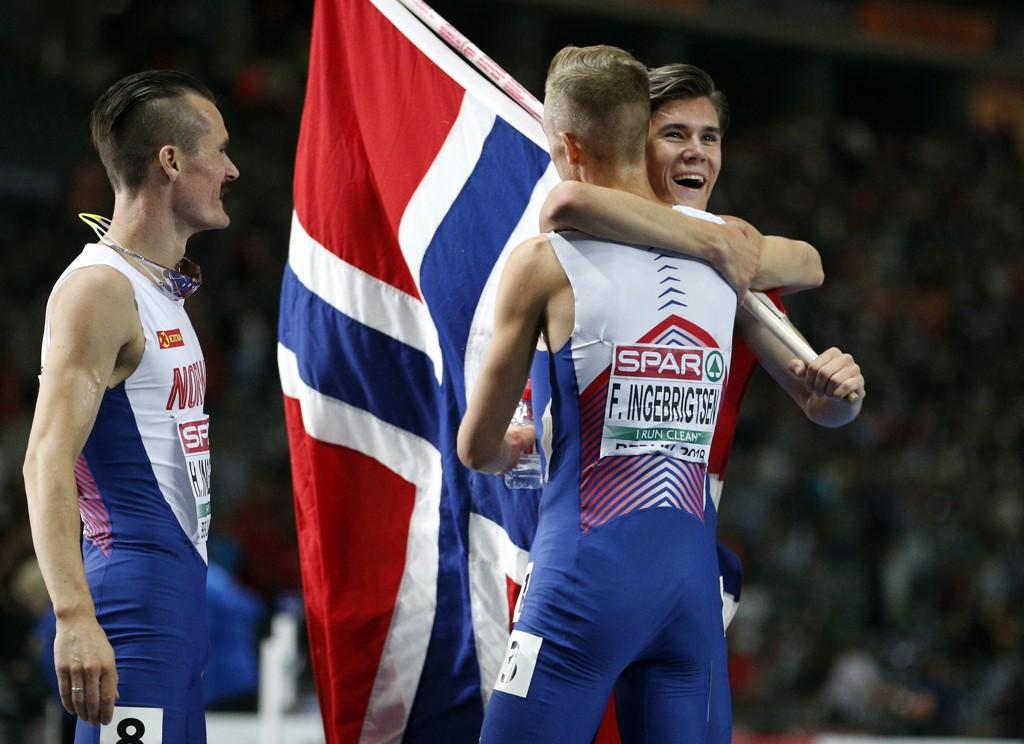 EM-GULL: Brødrene Filip (i midten) og Henrik (til venstre) gratulerer Jakob Ingebrigtsen med gullet.