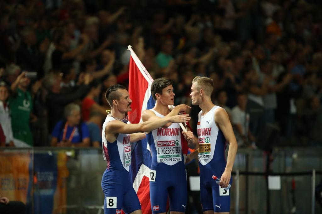 HYLLES: Brødrene Ingebrigtsen feirer yngstemann Jakobs (17) gull på 1500-meteren fredag kveld.