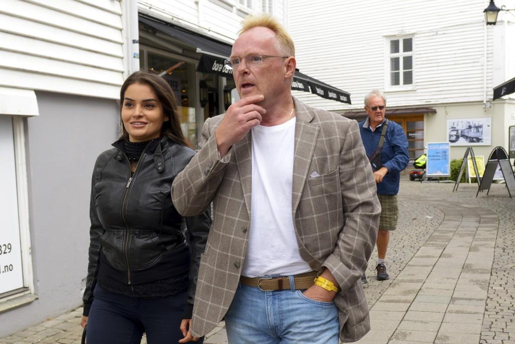 Snoen mener Sandberg gjør ting «utenom det vanlige» fordi han er forelsket. Her sammen med sin norsk-iranske kjæreste Bahareh Letnes i Mandal sentrum fredag. Foto: Espen Sand / NTB scanpix