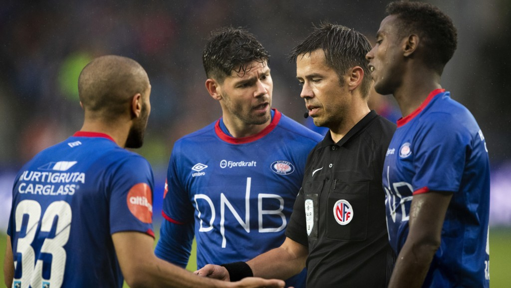 Vålerengas Daniel Fredheim Holm og Amin Nouri i diskusjon med dommer Tom Harald Hagen under Vålerengas bortekamp mot Rosenborg 24. juni, en kamp Vålerenga endte opp med å tape 0-3.