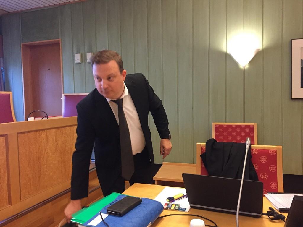 Øyvind Panzer Iversen forsvarer Babacar Sarr, som er tiltalt for sovevoldtekt. Rettssaken startet i Romsdal tingrett i Molde tirsdag morgen.