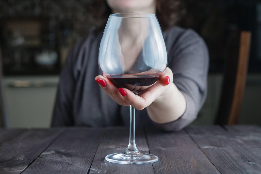 ALKOHOL OG DEMENS: Det er godt dokumentert i forskningen at et høyt alkoholinntak øker risikoen for demens. Ny studie bekrefter dette, samtidig som den viser at det å være avholds også gir økt risiko.