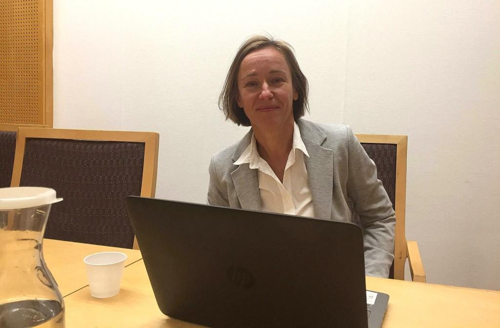 Tre menn er siktet for grov voldtekt etter at en kvinne skal ha blitt utsatt for overgrep på en hjemmefest i Oslo. Politiadvokat Kari Kirkhorn leder etterforskningen av saken.