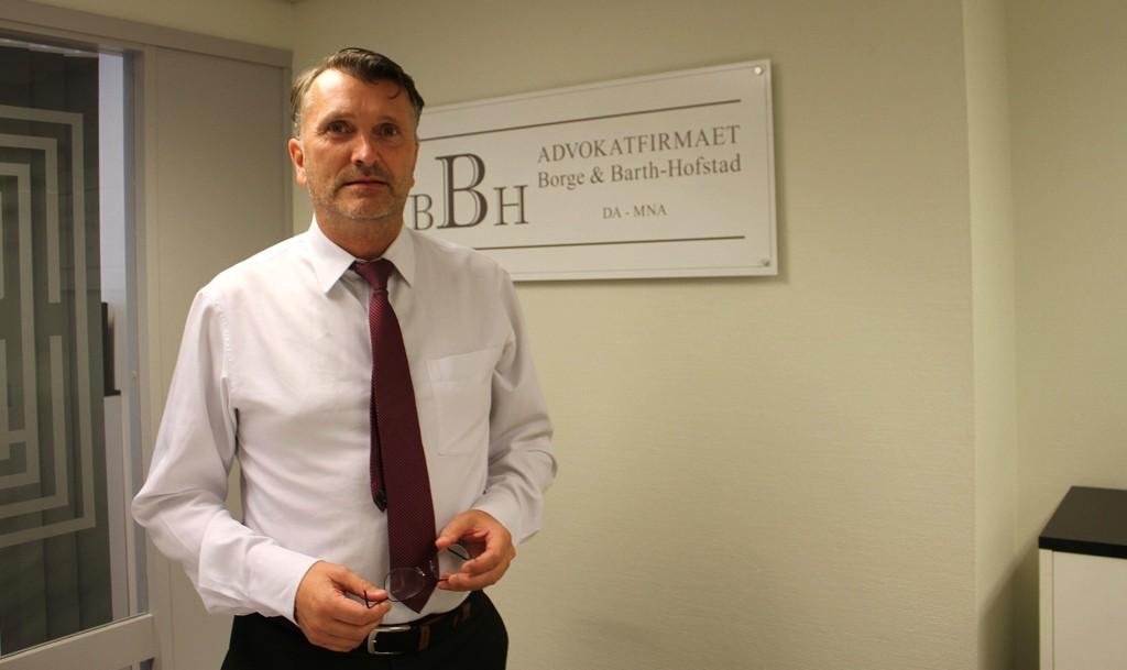 Advokat Tom Barth-Hofstad kritiserer politiet for å ha pågrepet hans klient. Oslo tingrett besluttet at to 19-åringer, som ble pågrepet torsdag, skal løslates.