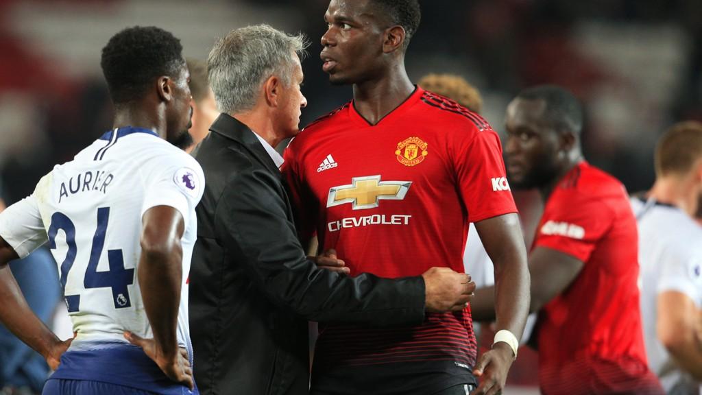 Jose Mourinho og Paul Pogba under kampen mellom Manchester United og Tottenham mandag kveld.