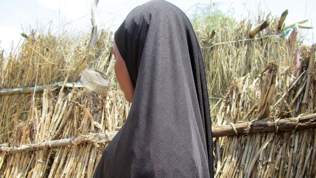 Jenta på bildet er internt fordrevet i Niger. Hun har aldri gått på skole og forteller at hun som 13-åring ble tvunget til å gifte seg. Hun er foreldreløs og har bodd sammen med besteforeldrene. Nå risikerer hun et liv preget av overgrep og mishandling. Foto: Plan International / NTB scanpix