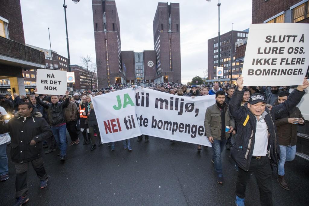 Det er sterk motstand mot bompenger. I mars møtte rundt 4000 mennesker opp for å markere sin misnøye med bomring og økning av avgifter i Oslo. Foto: Terje Pedersen / NTB scanpix